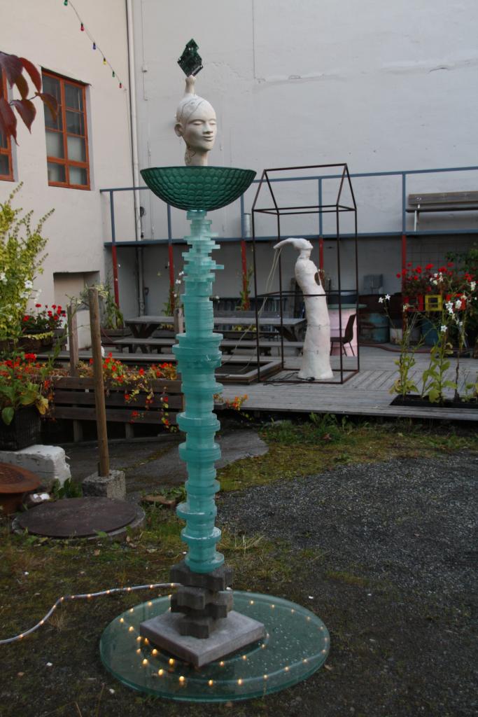 Jeg fant jeg fant Steingodsleire, gjenbruks glass.. Høyde 170 cm